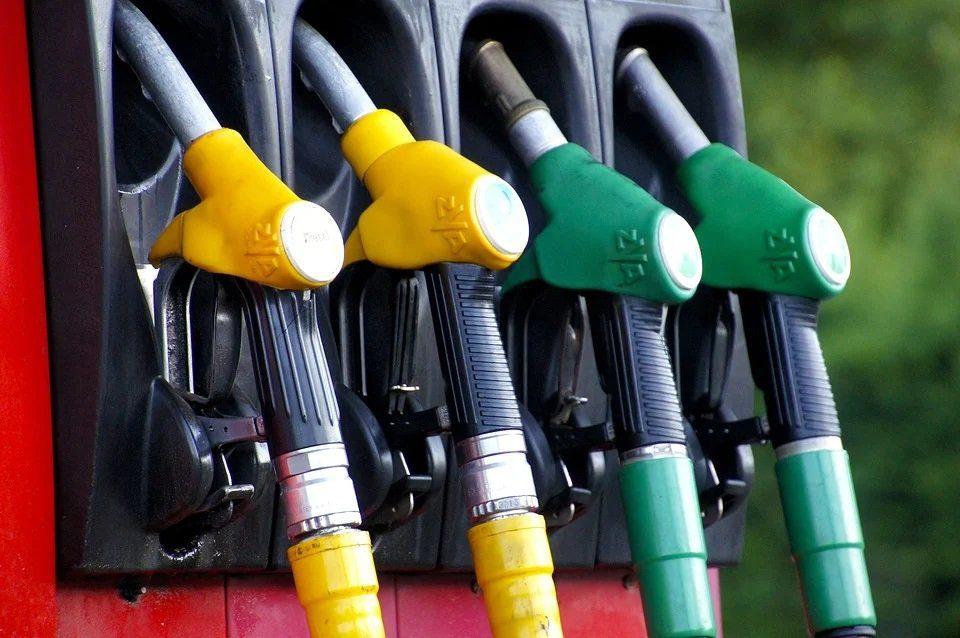 Scorte petrolio USA deludenti, scattano le vendite sul Wti e Brent