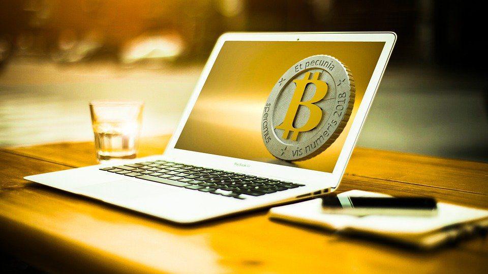 Bitcoin crash nel weekend, Dogecoin come una scheggia impazzita
